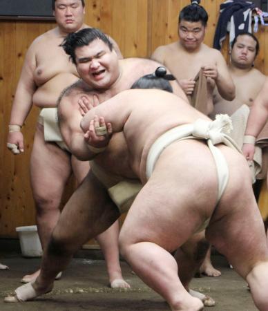 二所ノ関一門による連合稽古で貴景勝(手前)と相撲を取る高安=8日、東京都江東区の尾車部屋