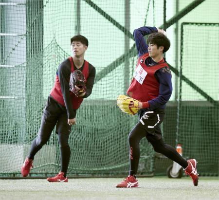 広島の新人合同トレーニングでキャッチボールする森下(右)と宇草=広島県廿日市市