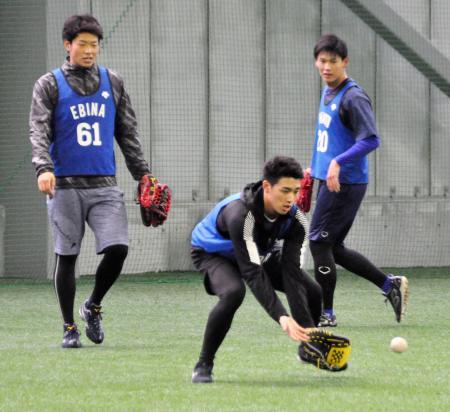 新人の合同練習で軽快な動きを見せるDeNAのルーキー森(手前)。左は蝦名=神奈川県横須賀市