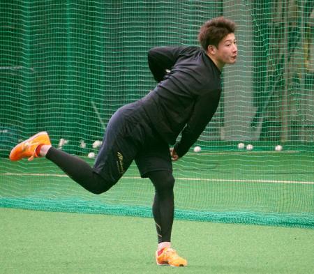 練習を公開し、キャッチボールする日本ハムの吉田輝=千葉県鎌ケ谷市