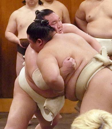 正代(右)と相撲を取る白鵬=8日、東京都墨田区の時津風部屋