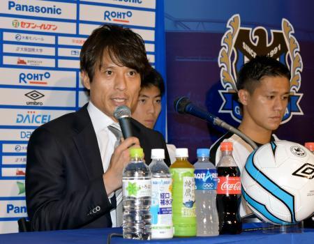 キックオフイベントで記者会見するG大阪の宮本恒靖監督。右は小野裕二=8日、大阪府吹田市
