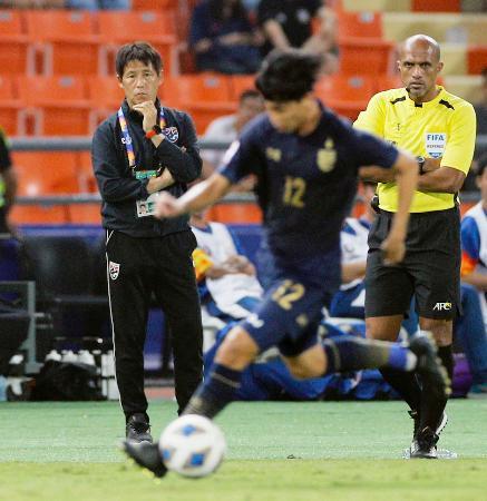 バーレーン戦で試合を見守るタイ代表の西野監督(奥左)=バンコク(共同)