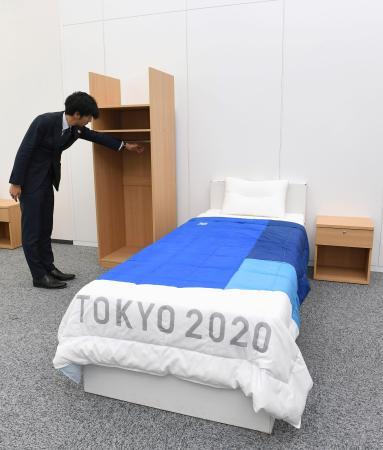 東京五輪・パラリンピック組織委員会が公開した、選手村宿泊棟の部屋。クローゼット(奥左)は車いすでも使いやすいように低く作られている=9日午後、東京・晴海