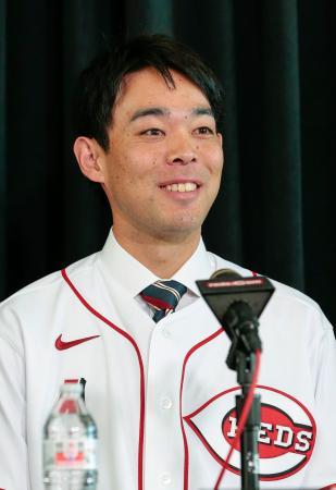 米大リーグ、レッズの入団会見で笑顔を見せる秋山翔吾外野手=8日、シンシナティ(共同)