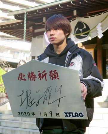 亀戸香取神社を参拝後、写真撮影に応じるスケートボード・ストリートの堀米雄斗=9日、東京都江東区