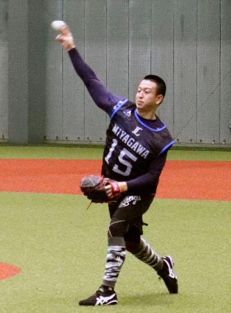 西武の新人合同練習でキャッチボールするドラフト1位新人の宮川哲投手=埼玉県所沢市