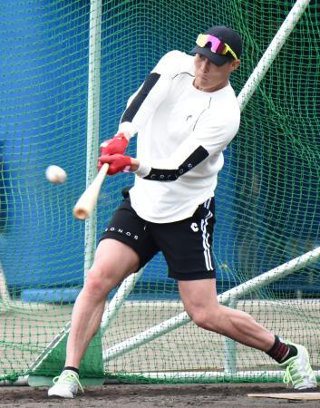 自主トレーニングで打撃練習する阪神・糸井=9日、沖縄県浦添市