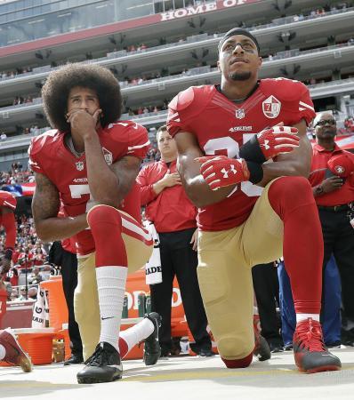 米プロフットボールNFLで抗議の膝つきを行う選手=2016年10月、サンタクララ(AP=共同)