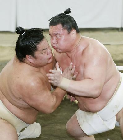 稽古総見で新小結大栄翔(左)と対戦する横綱白鵬=6日