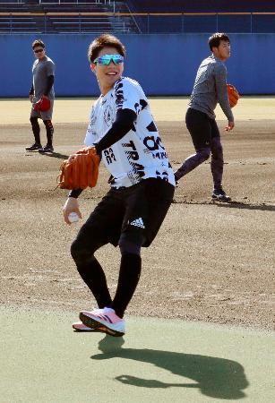自主トレーニングでキャッチボールするヤクルトの山田哲=松山市の坊っちゃんスタジアム