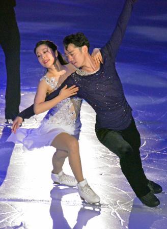 フィギュアスケートのアイスダンスのペアで新コンビを結成し、演技する村元哉中(左)と高橋大輔=コーセー新横浜スケートセンター