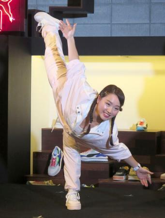 イベントでフィギュアスケートのポーズを決める樋口新葉=10日、東京都港区