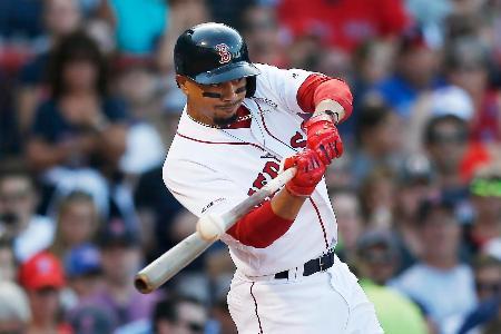 2019年8月のエンゼルス戦で二塁打を放つレッドソックスのベッツ=ボストン(AP=共同)