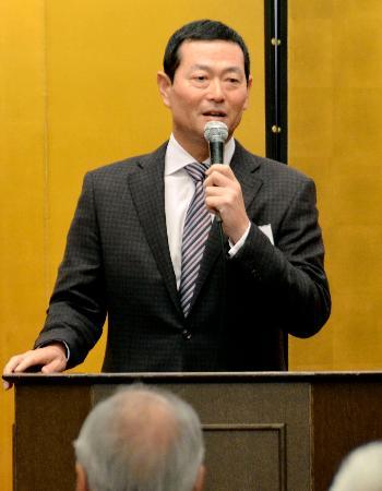 PL学園高野球部OB会総会であいさつする会長の桑田真澄氏=11日、大阪市