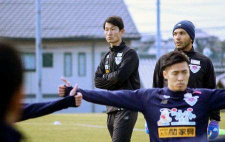初練習で選手を見守るJ1鳥栖の金監督(左)=佐賀県鳥栖市