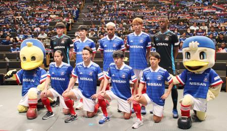 新体制発表記者会見で、ポーズをとる水沼(前列左から2人目)ら横浜Mの新加入選手=11日、横浜市