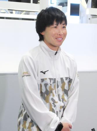 オーストラリア合宿への出発前に取材に応じる、ソフトボール女子日本代表の山田恵里主将=11日、羽田空港
