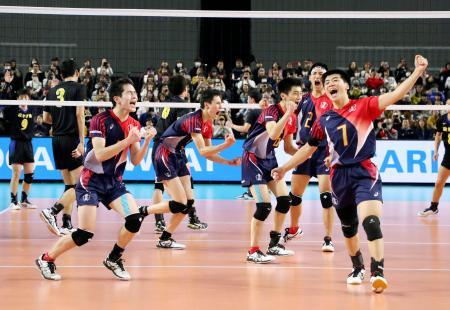 駿台学園を破って優勝を決め、喜ぶ東山の選手たち=武蔵野の森総合スポーツプラザ