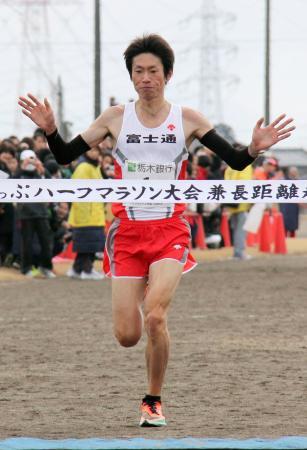 高根沢町ハーフマラソンで優勝した中村匠吾=栃木県高根沢町