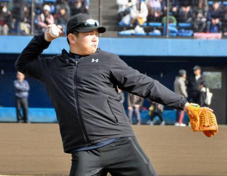 キャッチボールで力強い球筋を披露するDeNA・山崎=神奈川県厚木市