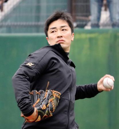 自主練習でキャッチボールをするソフトバンクの和田=長崎市