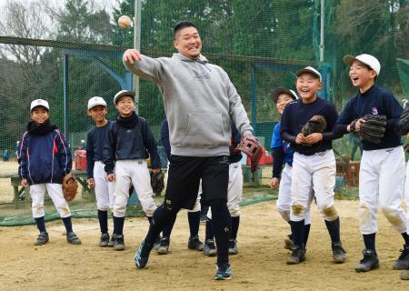 「堺ビッグボーイズ」の子どもたちと交流する、米大リーグ、レイズの筒香外野手=大阪府河内長野市