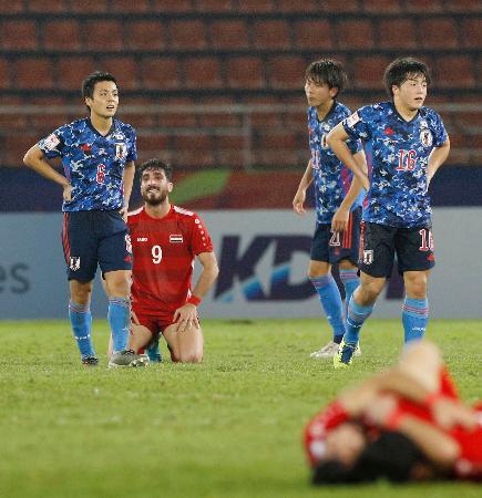 シリアに敗れ1次リーグ敗退が決まり、腰に手をやる斉藤(左端)、相馬(右端)=バンコク近郊(共同)