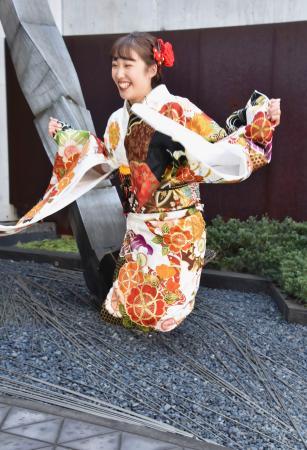 成人式に出席し、振り袖姿でジャンプするトランポリン女子の森ひかる=13日、東京都足立区の東京武道館