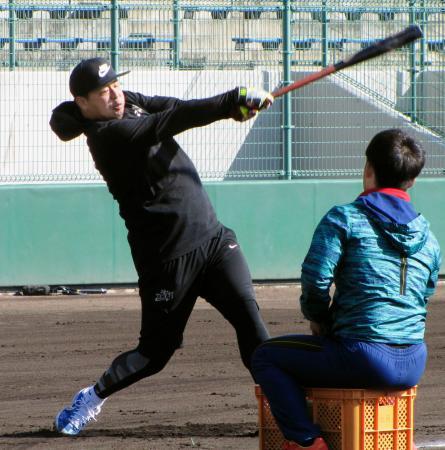 練習を公開した楽天の浅村=愛媛県内