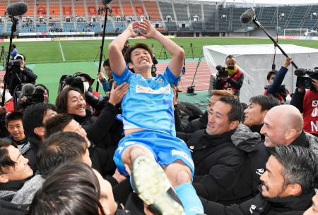 引退試合を終え、胴上げされる巻誠一郎氏=えがお健康スタジアム