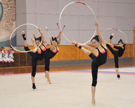 公開練習でフープ・クラブの演技を披露する新体操団体のメンバー=熊本県芦北町
