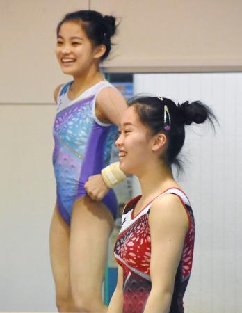 練習で笑顔を見せる畠田瞳(手前)と千愛=東京都内