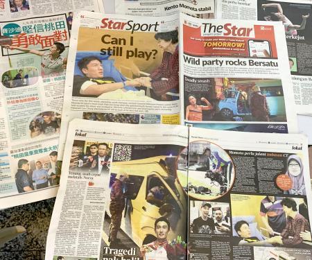 桃田賢斗選手が交通事故に巻き込まれたことを伝えるマレーシアの新聞各紙=14日、クアラルンプール近郊(共同)