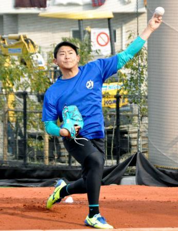 ブルペンで投球練習するDeNA・今永=東京都世田谷区の駒大グラウンド