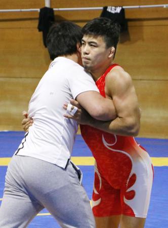 練習を公開した男子グレコローマンスタイル60キロ級の文田健一郎=横浜市の日体大