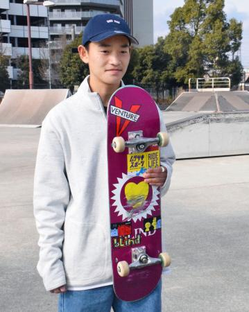 練習公開後、取材に応じるスケートボード・ストリート男子の白井空良=14日、相模原市