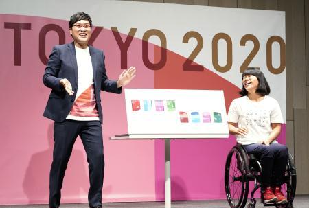 東京五輪とパラリンピックの競技観戦チケットのデザインを発表する山里亮太さん(左)とパラカヌーの瀬立モニカさん=15日午前、東京都中央区