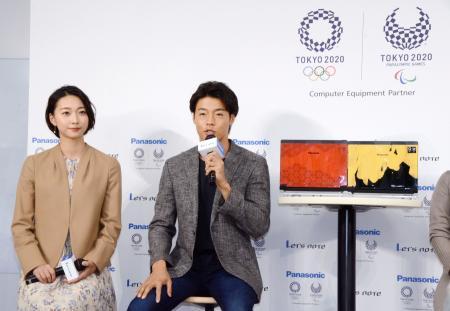 新製品発表会に出席したカヌー男子の羽根田卓也選手(右)=15日午後、東京都内