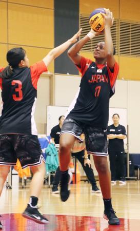 バスケットボール3人制女子代表の強化合宿でシュートを放つ馬瓜ステファニー=東京都内