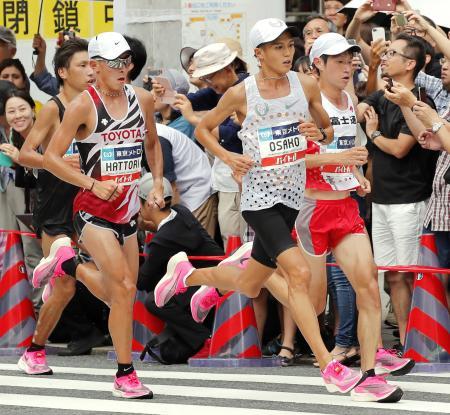 「マラソングランドチャンピオンシップ」で、ナイキの厚底シューズを履いて力走する中村匠吾(右端)ら=2019年9月、東京・銀座