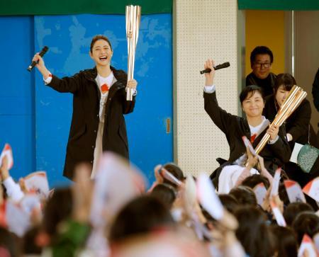 聖火リレーのPRイベントで、東京都世田谷区の小学校を訪問した女優の石原さとみさん(左)と元パラ射撃代表の田口亜希さん=16日午前