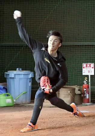 投球練習するオリックス・山本=大阪市