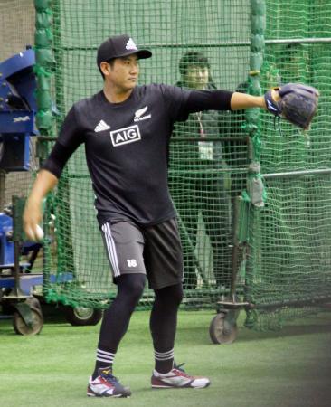 キャッチボールする巨人・菅野=川崎市のジャイアンツ球場