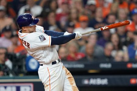 2019年10月、ナショナルズとのワールドシリーズ第1戦で本塁打を放つアストロズのスプリンガー=ヒューストン(AP=共同)