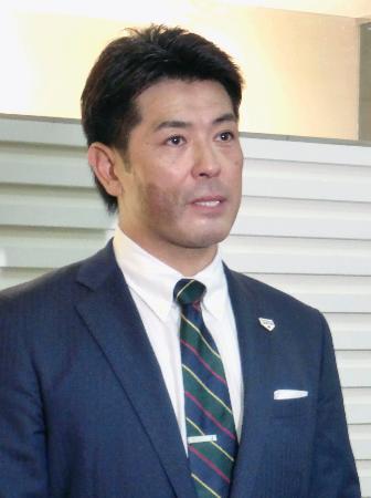 全日本大学野球連盟の監督会で講演した後、取材に応じる野球日本代表の稲葉篤紀監督=17日、横浜市内