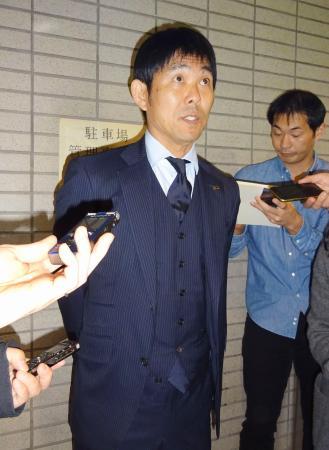 サッカーのU―23アジア選手権から帰国し、取材に応じる森保監督=17日午後、成田空港