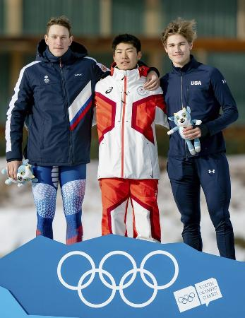 冬季ユース五輪のスピードスケート男子1500メートルで金メダルを獲得した蟻戸一永(中央)(OIS提供・共同)