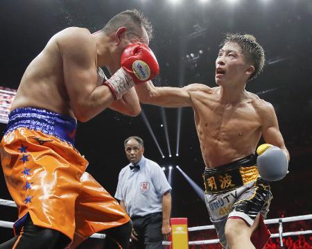 ノニト・ドネア(左)を攻める井上尚弥=2019年11月7日、さいたまスーパーアリーナ