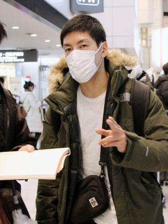 帰国し、取材に応じるボクシング男子ライト級の成松大介=18日、成田空港